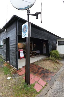 【写真を見る】一軒家カフェ。国道28号線から一本西に入った通りに位置