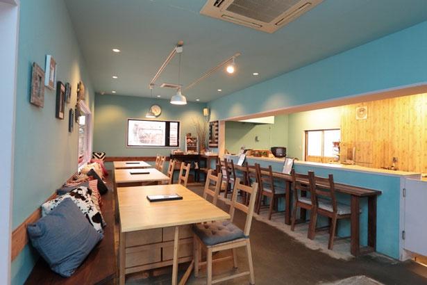 オープンキッチンと青い壁が印象的な広々とした空間が広がる。