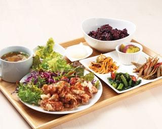 バニーズ ランチ¥1,300 鶏肉の唐揚げ スウィートチリソースなど気まぐれで変わるメイン料理に、副菜6品、サラダ、スープ、ご飯が付く。なくなり次第終了なのでお早めに!