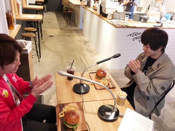 ハンバーガーを食べながらのインタビューはみんな笑顔に!