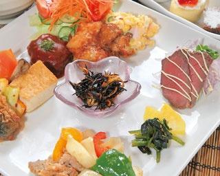 ロハスプレート¥1,080 30品目の健康的な日替りランチ。玄米と白米からご飯が選べるほか、+¥324でデザートとドリンク付きに。1日20食限定