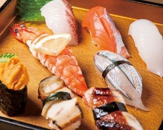 上にぎり(8貫)¥3,000 今話題のサクラマスや足赤エビ、ハリイカ、淡路島名物ウニ、天然鯛、アナゴ、サヨリなどココでしか食べられないネタばかり。ランチは赤だし付き