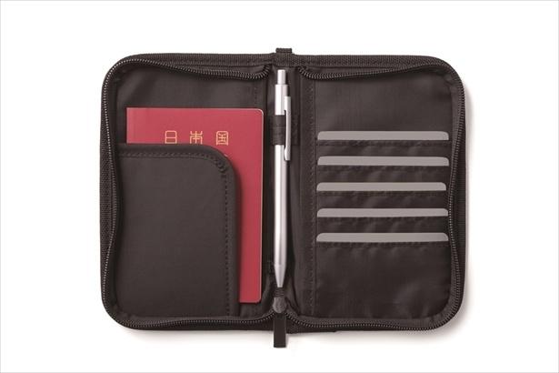 大小8種類のポケットが付いていて、旅行中にパスポートやカード類をまとめて収納できるオリジナルトラベル柄のポーチ