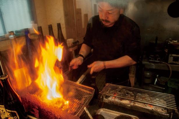 カウンター席からは豪快に炭火で焼き上げるパフォーマンスを楽しめる