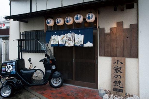 店頭に置いてある「梵」バイクが目印。鶏肉の仕入れができない時は休む場合もあるので、行く前に確認して