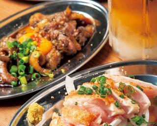 もも炙りたたき ¥500 ほか、ひね炙りユッケ¥500(中央)、ツウ好みの希少部位、数量限定の背ギモ¥350(奥)など、酒のあてにはたまらない逸品ぞろい