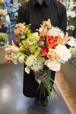 【写真を見る】ここでしか買えないSILK-KAの造花を使った春らしいブーケ