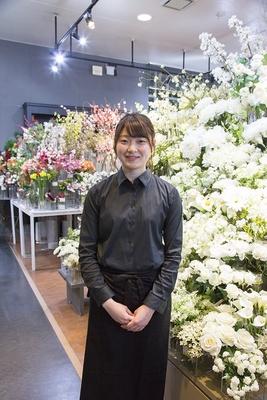 白い花がとくにお気に入りだというスタッフの五十嵐唯さん