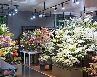 1階フロアには花の王国・オランダをはじめとする海外輸入の造花がそろう