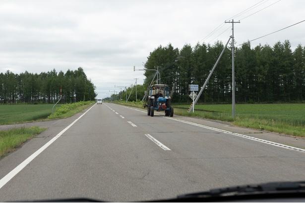 十勝の道はひたすら直線!時折大型のトラクターが走ります