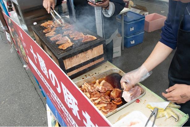 豚の肩ロース肉に醤油ダレをつけ、1枚1枚炭火で焼く豚丼