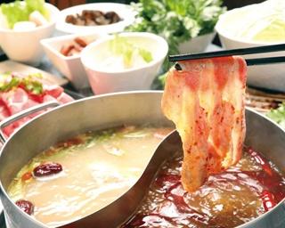 四川&海鮮の赤白スープに基本的な具材がセットになった「火鍋コース(3~4人前)」(8000円)をまずは注文
