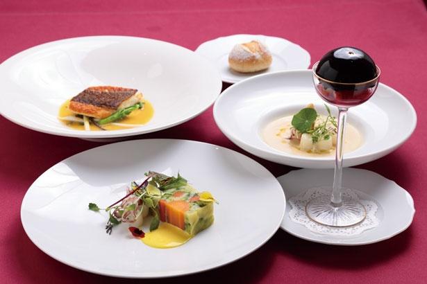 ランチコース¥2,500 メインが選べる全6品のランチコース。写真のメインは由良産天然真鯛のポアレ(奥左)