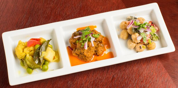 この日の前菜3種盛り合わせは、左からポリヤル(南インドの炒め野菜)、チキンピックル(鶏肉のピクルス)、スンダル(ひよこ豆のサラダ仕立て)