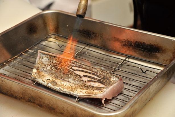 皮と身の間にある旨味を炙ることにより引き出す