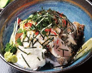 サワラあぶり山かけ丼 ¥1,300 鮎原米のご飯に炙ったサワラ、味付けした山イモなど趣向をこらした逸品。好みに合わせて醤油をかけて。味噌焼きや造り、たたきもある