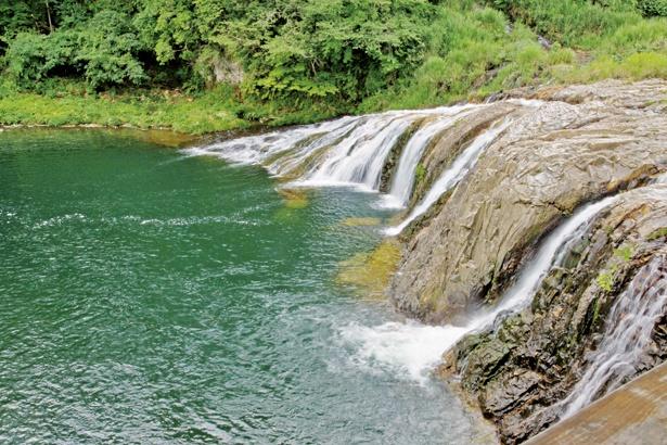 【写真を見る】愛知にあるナイアガラの滝!? ダイナミックに滝が流れる壮大な光景だ