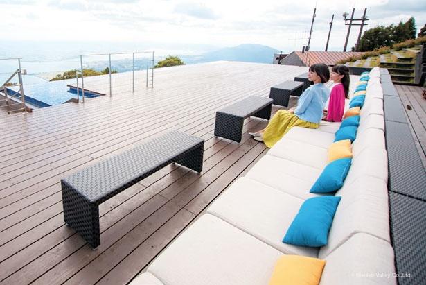 「THE MAIN」にあるソファー席からは風を感じながら琵琶湖をまるっと見渡せる