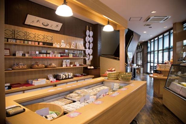 京都らしいインテリアがすてきな販売コーナー/京とうふ 藤野本店