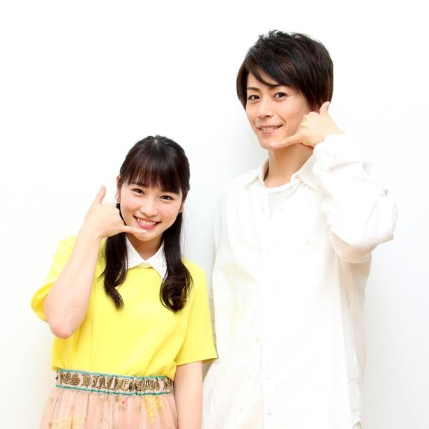 スマホがキーとなる舞台でW主演を務める川栄李奈(写真左)、廣瀬智紀が電話のポーズ