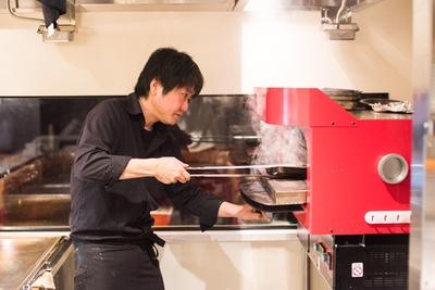 石窯オーブンを設置しているのはここ渋谷店だけ。スパイスで漬け込んだ肉や魚を450~500℃の高温で香ばしく調理する