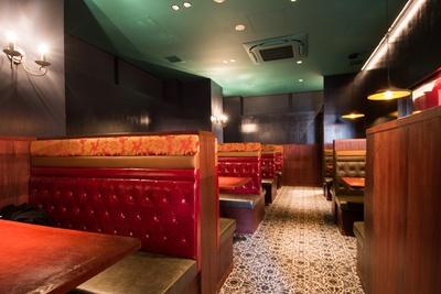 店内の奥はボックス式のテーブル席に。ディナータイムはカップルやグループでゆったりとコース料理などを堪能できる。そのほか6名用の半個室も3室あり