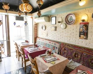 トルコではアルコールを扱う飲食店でグリル料理のシェフとして経験を積んだカラサーリ・オルハンさん。美食の都を故郷にもつため、親戚や兄弟、友人にも料理人が多いそう