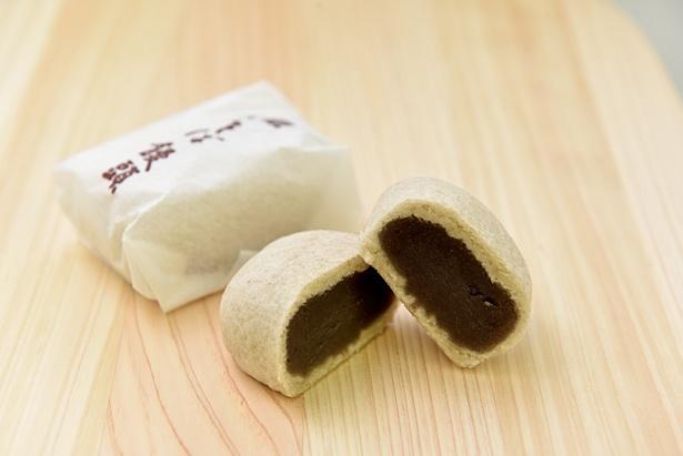 木曽福島の名物、そばを使った「そば饅頭」(115円)は素朴な味わい
