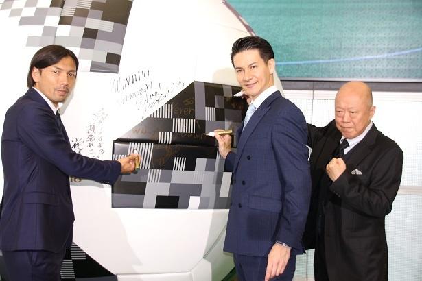 解説を務める鈴木隆行氏(左)とサポーターのJOY(中央)、六平直政(右)