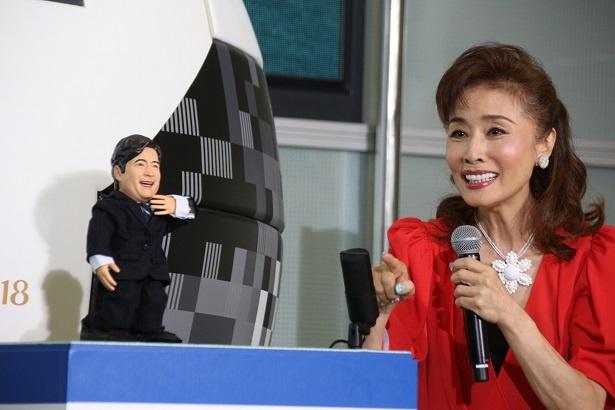 """【写真を見る】ジョン・カビラにそっくり!?AIロボットの""""AIカビラくん""""が勝敗予想"""