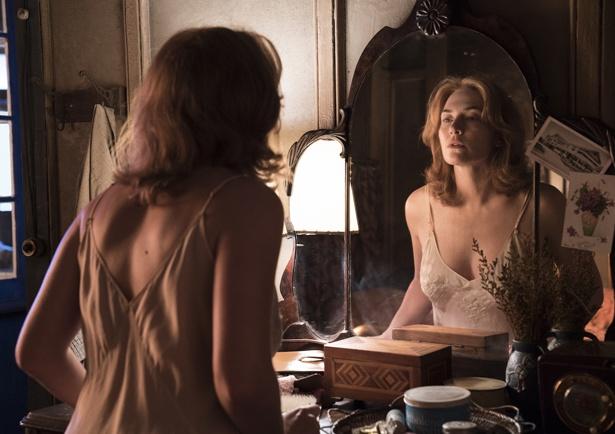 【写真を見る】生活感の中にオトナの魅力!ケイト・ウィンスレットの魅惑ショット