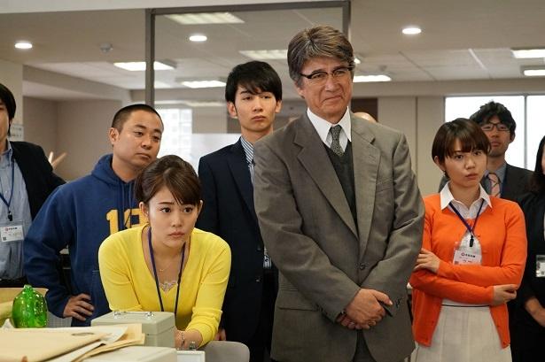 【写真を見る】繭子は、40歳年下の部下・仁井本に手を焼いてしまう…