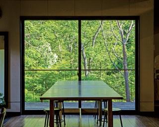 澄んだ空気が気持ちいい、自然溢れる場所にたたずむ