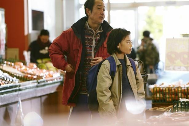 城が演じるのは、父と一緒に万引きをする少年・祥太