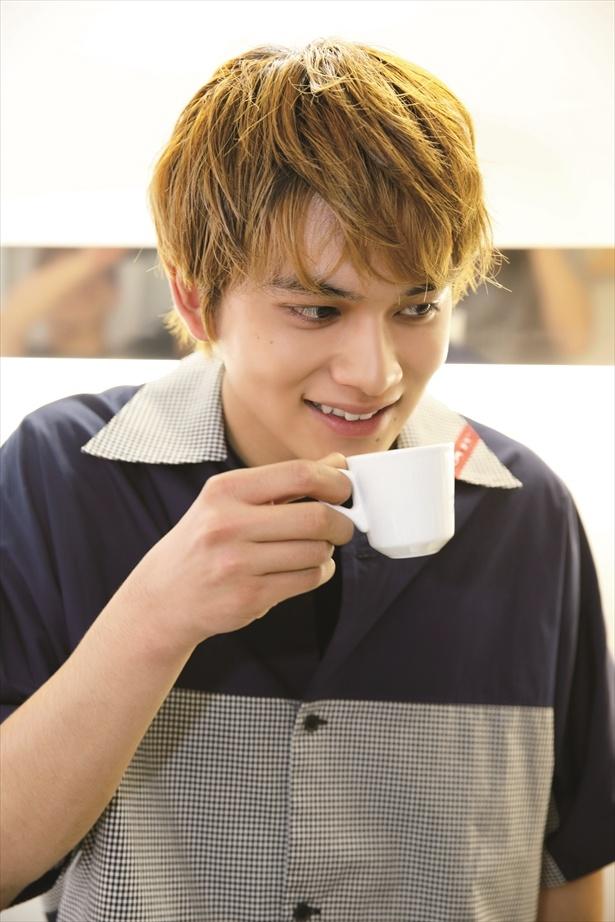 先生の入れたコーヒーを飲む匠海くん