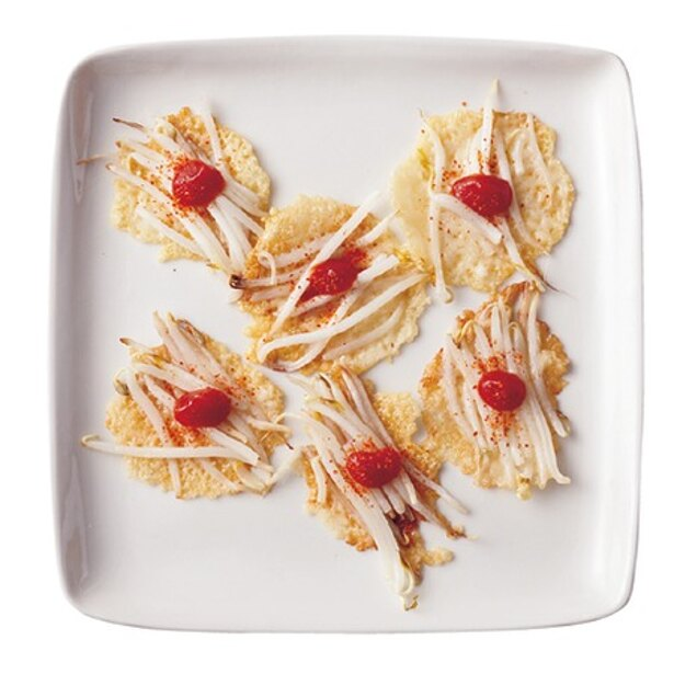 【写真を見る】粉チーズで作る「パリパリチーズもやし」