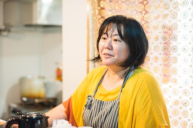 店主の有澤まりこさん。20代の頃、雑誌で見かけた「バナナの葉っぱに盛られたカレーをどうしても食べたくなった」というのがインド料理にハマったきっかけだそう