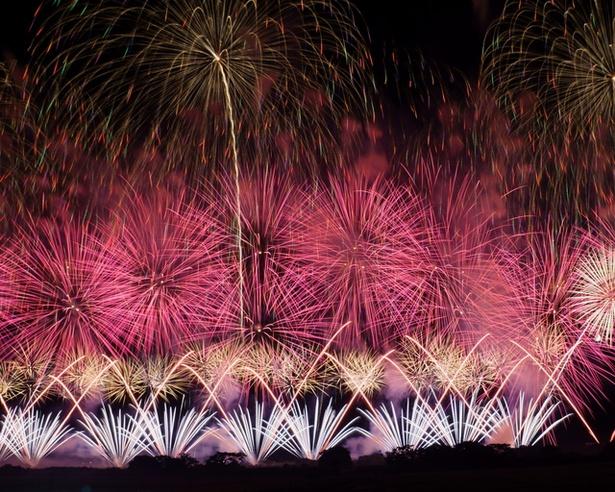 【写真を見る】花火大会で圧倒的な存在感を見せるスターマイン