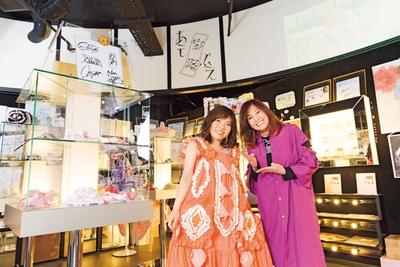 楽屋着を着て宝塚ワールド満喫中のナカヂ(左)。元タカラジェンヌの徳永さんと会えて大興奮