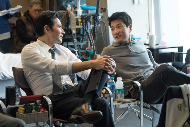 和やかに談笑するチャン・ドンゴンとキム・ミョンミン
