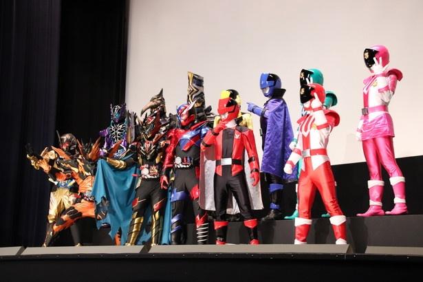 【写真を見る】変身後のヒーローたちと怪人も集結