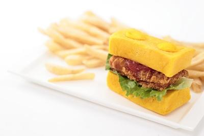「レゴチキンバーガーセット(トマトソース)」(1520円) /チキン・ダイナー