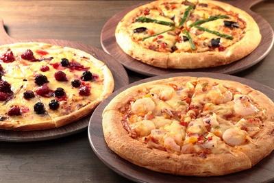 「コーラルリーフ・ピッツァ・アンド・パスタ・ビュッフェ」には「カレーピザ」「シーフードピザ」「ベリー&カスタードピザ」の3つのピザが登場