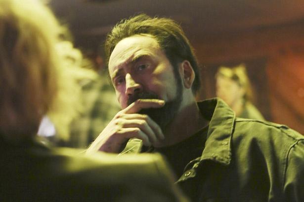 娘を失くした男の深い悲しみを繊細な演技で体現している(『ダークサイド』)