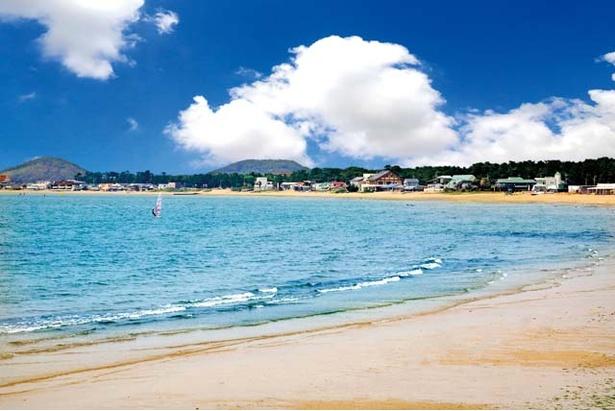 """約2kmにわたる福間海岸。海岸沿いにはオシャレなカフェが建ち並び、""""九州の湘南""""と呼ばれている"""