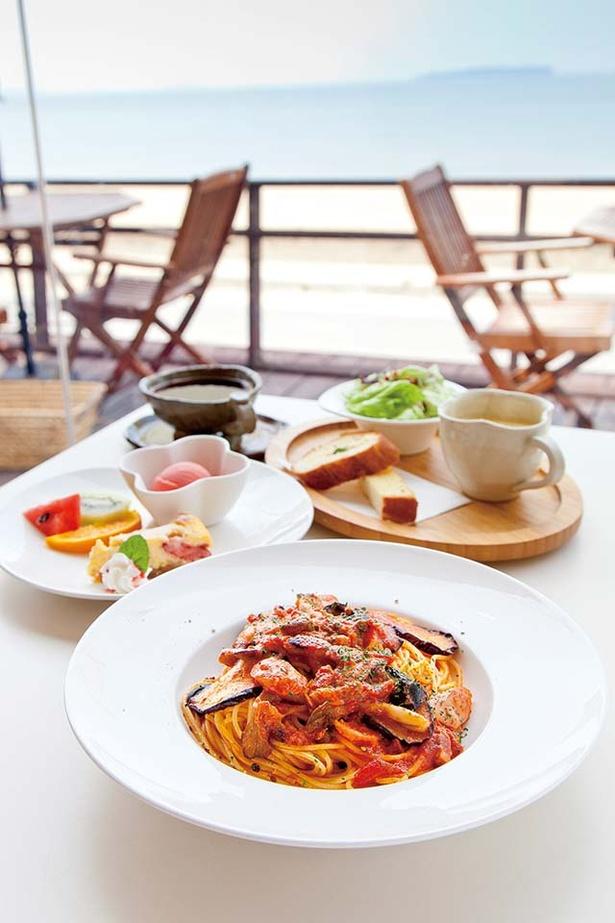 Café de BoCCo / 「夜までランチ」(1400円または1500円)には、パスタ・サラダ・スープ・バゲット・デザート盛合せ・ドリンクが付く