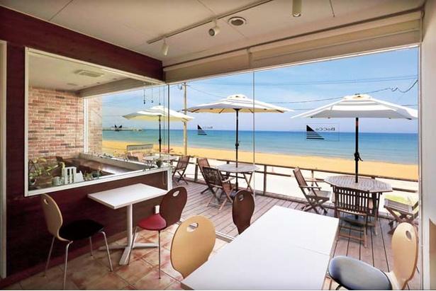 【写真を見る】「Café de BoCCo」では、 オープンエアなテラス席や、店内から美しい海を眺めることができる