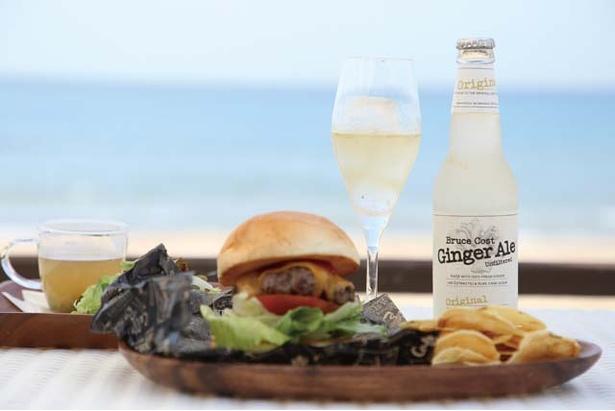 BEACH CAFÉ BOCCO VILLA / 精肉店から特注で仕入れたパテが入る「ハンバーガー」(写真右1380円、スープ・サラダ付き)