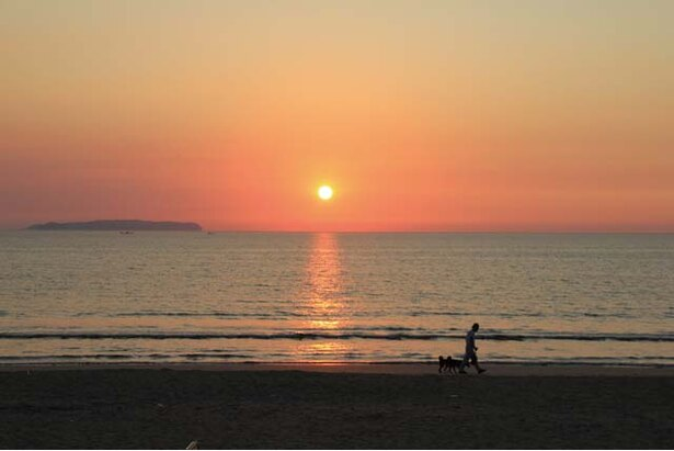 Café de BoCCo / 一年中、水平線に沈む夕日を眺められるのも魅力