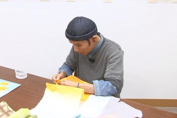 【写真を見る】画家としても活躍する片岡鶴太郎が和紙ちぎりで新たな才能開花か!?